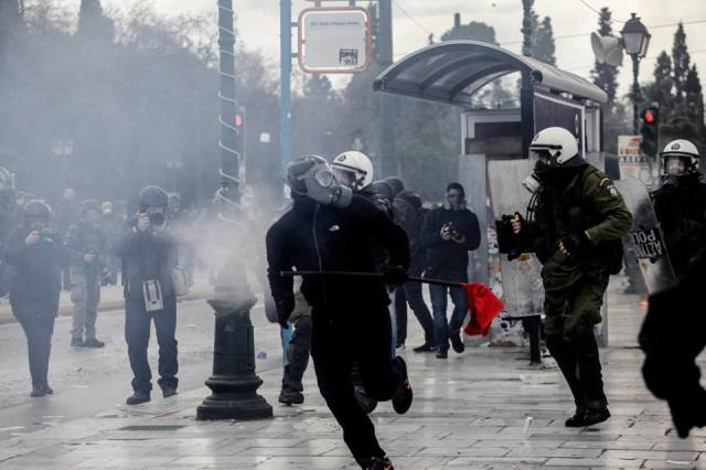 Protesters clash with riot police during the 24-hour general strike. Athens, February 4, 2016. Foto: Kostis Ntantamis