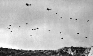 Deutsche Fallschirmjäger springen über Kreta ab